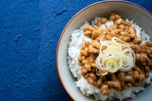 bol rempli de riz avec du natto