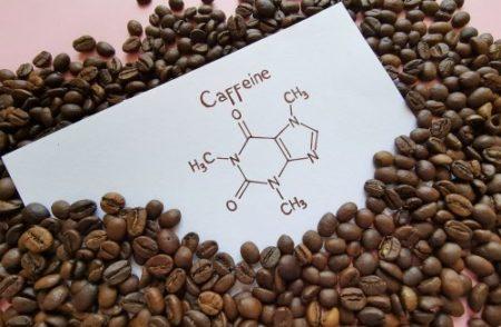 dessin d'une molécule de caféine et grains de café
