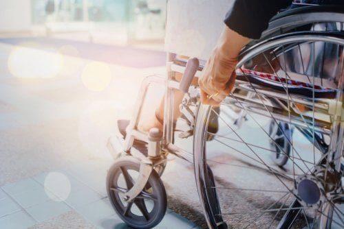 vue rapprochée des roeus d'un fauteuil roulant d'une personne victime de sclérose en plaques