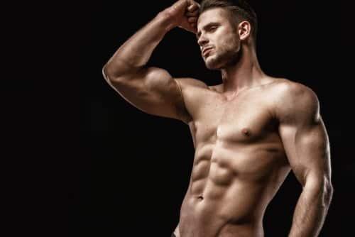 homme musclé montrant ses abdominaux