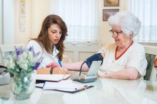 infirmière mesurant la pression artérielle d'une femme âgée