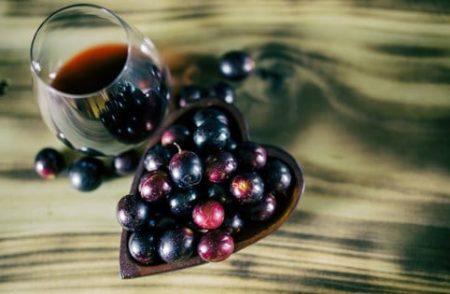 grappe de raisins et vin rouge riches en resvératrol
