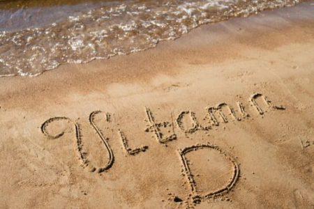 """""""vitamine D"""" écrit sur une plage de sable"""